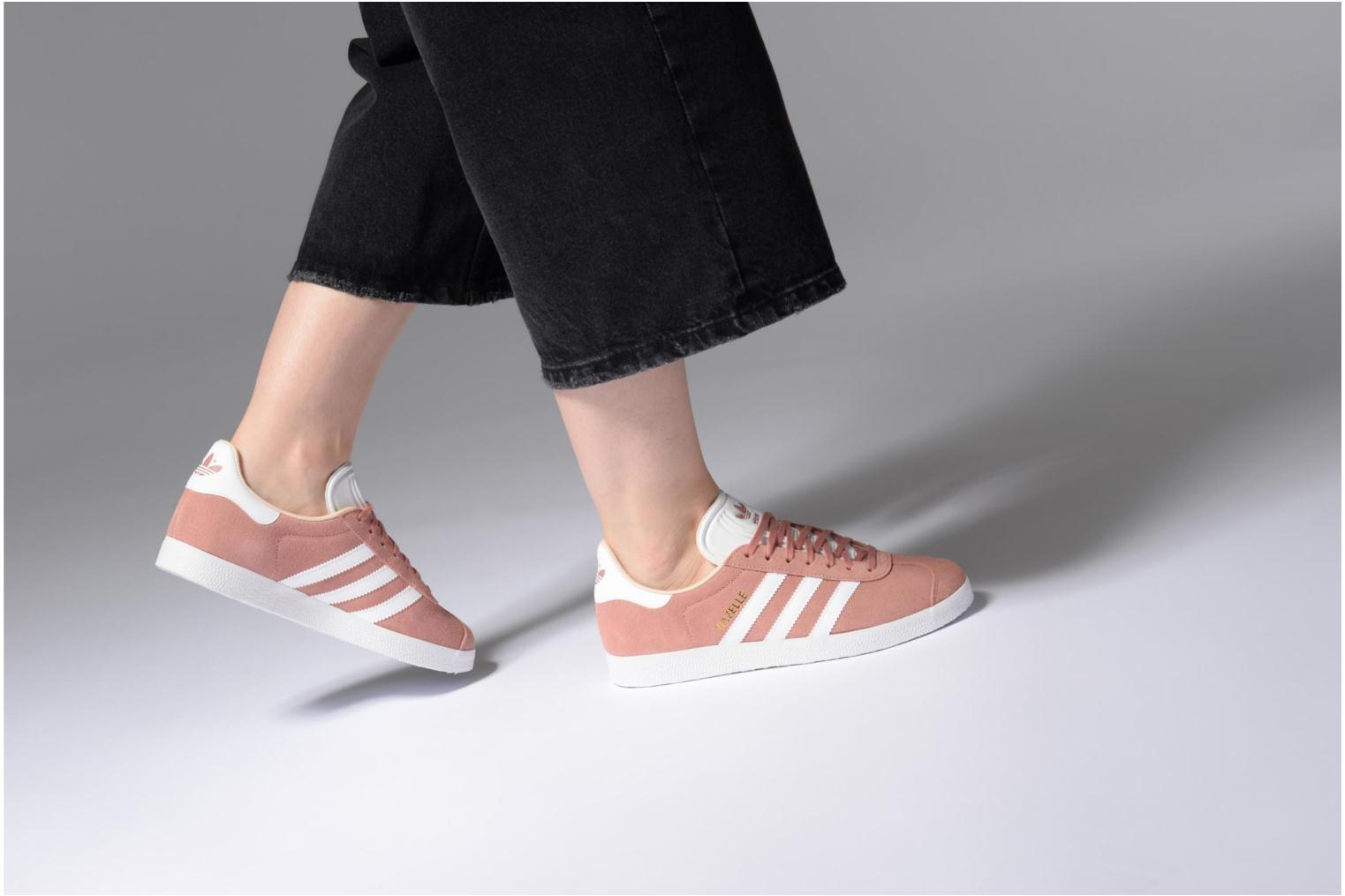 Baskets Adidas Originals Gazelle W Rose vue bas / vue portée sac